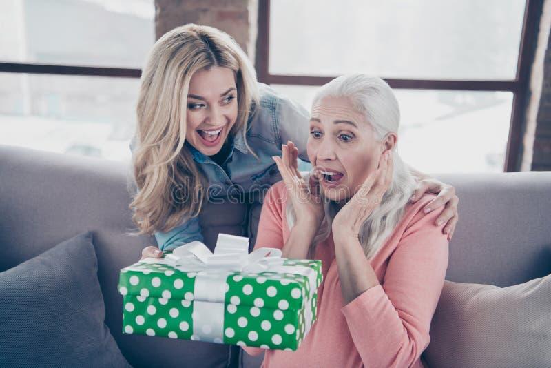 Zakończenie w górę fotografii dwa ludzi jej damy mamy dziecka babci wnuków wakacyjny giftbox no oczekiwać wizyty przychodzi płacz zdjęcia royalty free