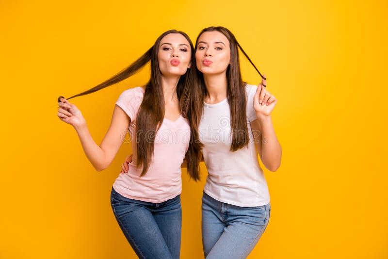 Zakończenie w górę fotografii dwa ludzi pięknych jej dama modele wysyła lotniczych buziaki bawić się kędziory meandruje palca rom obrazy royalty free
