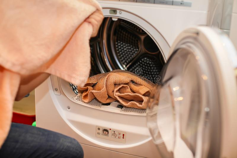 Zakończenie w górę fotografii Kaukaska kobieta wyciąga czystą pralnię od pralki obrazy royalty free
