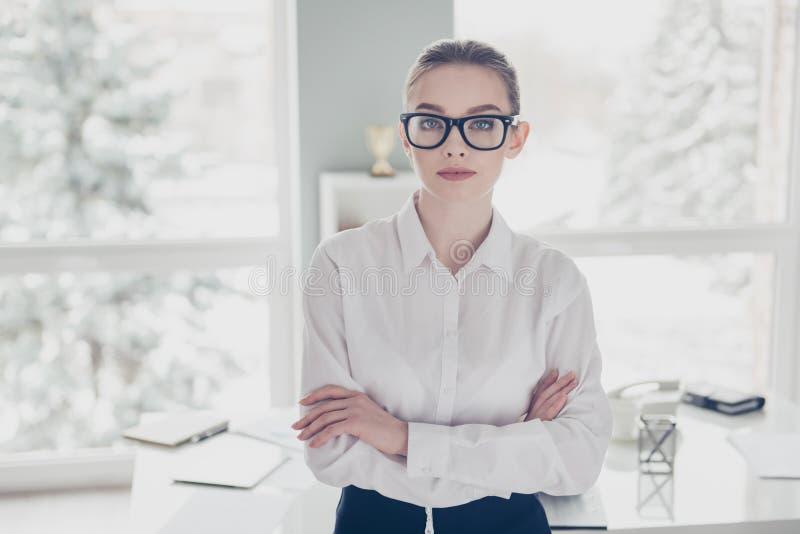 Zakończenie w górę fotografii pięknej jej biznes damy eyewear eyeglasses ręk ręki krzyżował dufną gotową konferencyjną wygranę obrazy stock
