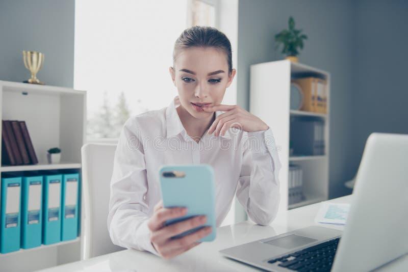 Zakończenie w górę fotografii pięknej jej biznesowy damy spojrzenie zastanawiał się app ręk ręk parawanowego telefon z podnieceni obraz royalty free
