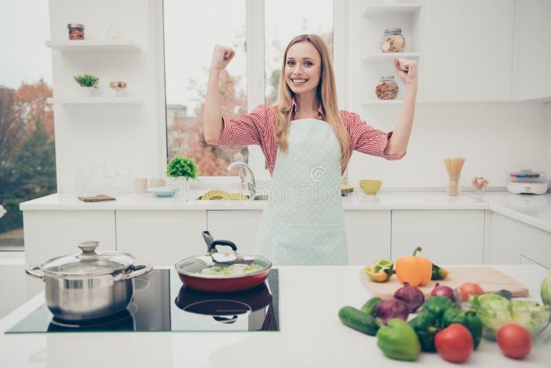 Zakończenie w górę fotografii pięknej jej dama adoruje kulinarnej gospodyni domowej super mama robi najlepszy zrobił wszystkie pr obrazy stock