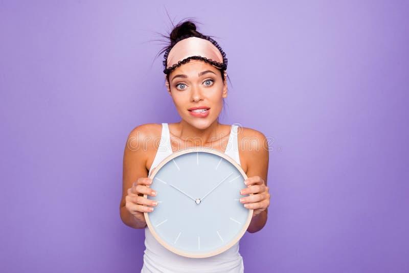 Zakończenie w górę fotografii pięknej jej dama chwyta ręk ręk round okręgu ściany zegarek dziesięć godzin właśnie bud obraz stock