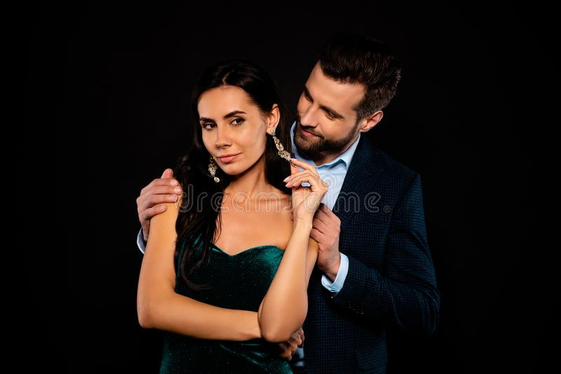 Zakończenie w górę fotografii pięknej pary z klasą jej modny kokieteryjny kolczyk dotyka go on jego chwytów ramion oferty spojrze obraz stock