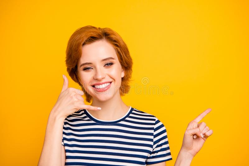 Zakończenie w górę fotografii piękny skwaśniałego ona jej damy ręki telefonu symbolu centrum telefonicznego personelu dora obraz royalty free