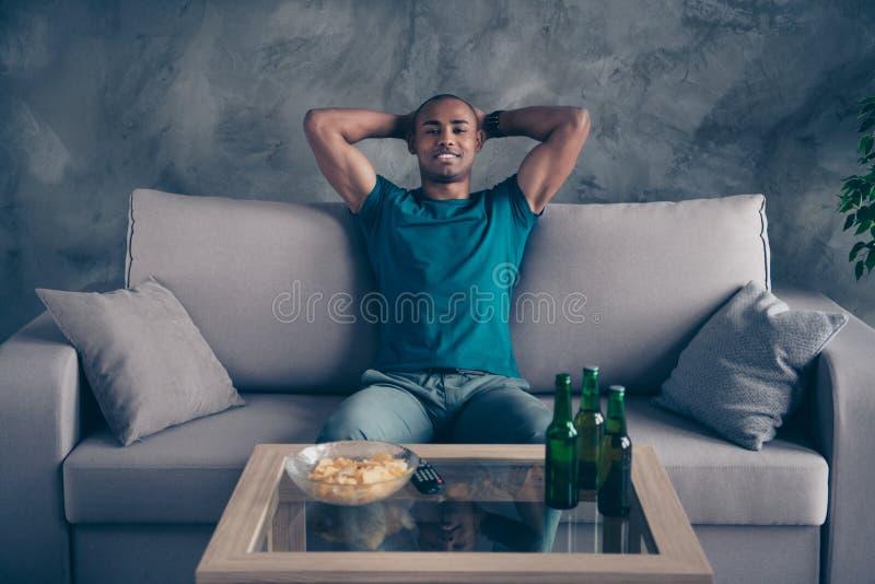 Zakończenie w górę fotografii zadziwia on jego ciemnej skóry chwyta macho przystojne ręki za głowy zielenią butelkuje ale cydru g obraz stock