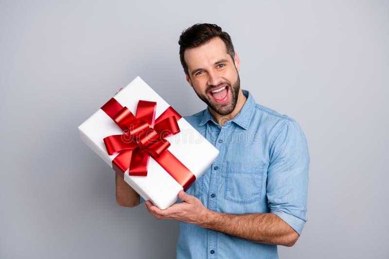 Zakończenie w górę fotografii zadziwia on jego facet niespodzianki romansowego chwyta prezenta pudełka wrzasku duży wielki krzyk  obrazy stock