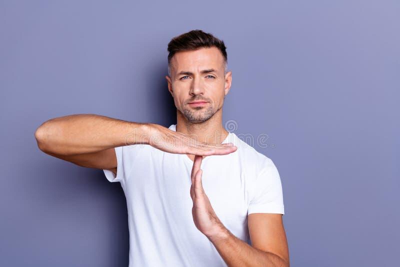 Zakończenie w górę fotografii zadziwia on on jego wiek średni macho ręki palmowa ręka podnosząca lotniczy czas za sporta symbolu  zdjęcia stock