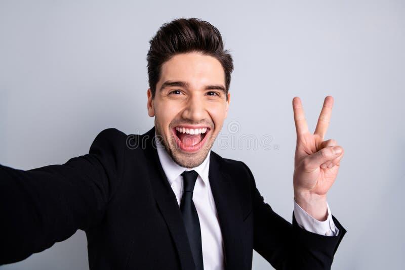 Zakończenie w górę fotografii zadziwiający ostrego on jego wzorcowy macho przystojny robi wp8lywy selfies przedstawienia znak mów zdjęcie royalty free