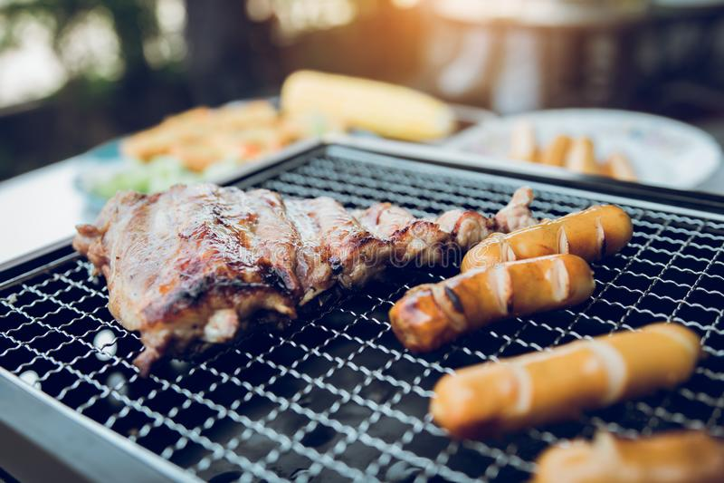 Zakończenie w górę grilla z mięsem i kiełbasa gotowa dla uspołeczniać świętujemy przy outsite domem fotografia royalty free