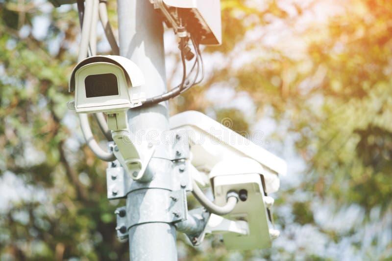 Zakończenie w górę kąta CCTV kamery instaluje w zielonym parkowym społeczeństwie zdjęcia royalty free