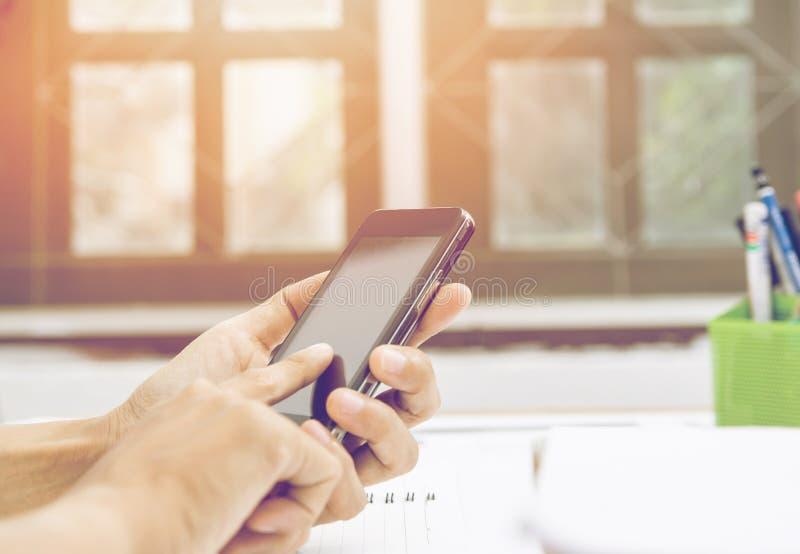 Zakończenie w górę kobiet ręk trzyma wzruszającego telefon komórkowego z puste miejsce kopii przestrzenią dla twój wiadomości tek fotografia royalty free