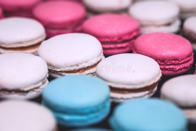 Zakończenie w górę kolorowych macarons deserowych w pastelowych brzmieniach zdjęcia stock