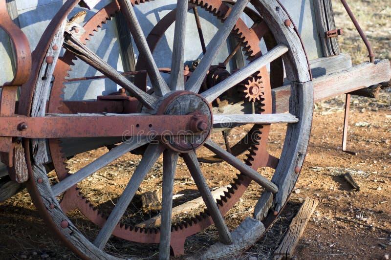 Zakończenie w górę lub abstrakcjonistyczny koło na antycznej rolniczej maszynerii fotografia stock