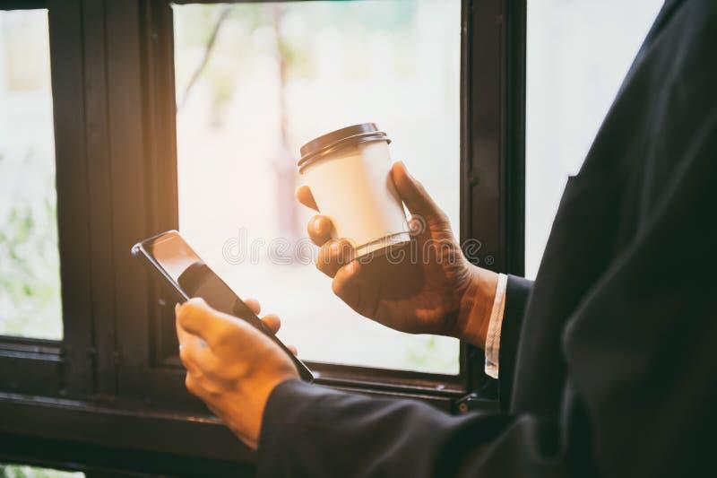 Zakończenie w górę mężczyzna ręk trzyma używać telefon komórkowego z puste miejsce kopii przestrzenią dla twój wiadomości tekstow zdjęcia royalty free