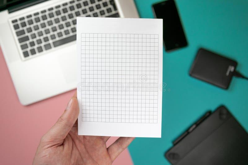 Zako?czenie w g?r? m?skich r?k trzyma papierowego puste miejsce dla projekta papieru fotografia royalty free
