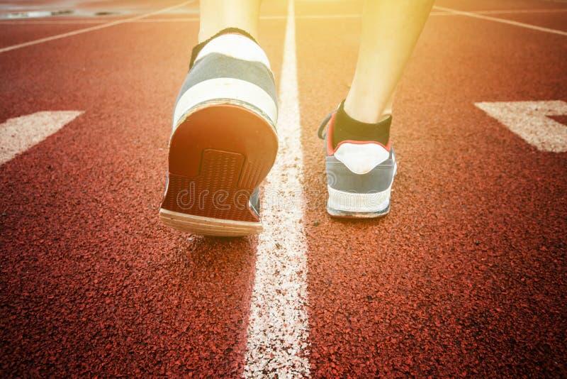 Zakończenie w górę młodej sprawności fizycznej kobiety iść na piechotę bieg na wschodu słońca nadmorski śladzie fotografia stock