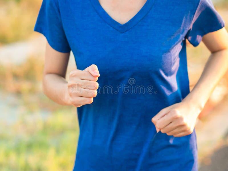 Zakończenie w górę miękkiej ostrości biega plenerowej w parku młoda kobieta zdjęcia royalty free