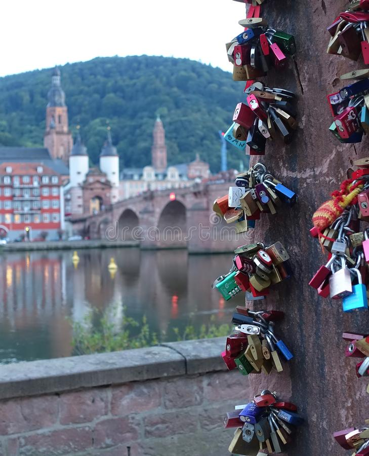 Zakończenie w górę miłości Blokuje z Heidelberg w tle obrazy royalty free