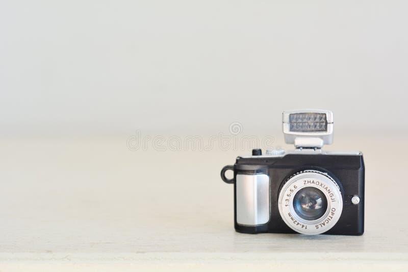 Zakończenie w górę miniatury zabawki retro kamery na drewno stole fotografia royalty free