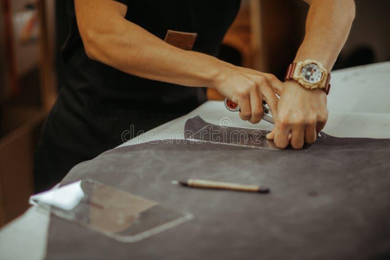 Zakończenie w górę mistrzowskiego działania z rzemienną tkaniną przy jego warsztatem używać narzędzie (zestaw) Handmade pojęcie zdjęcie royalty free