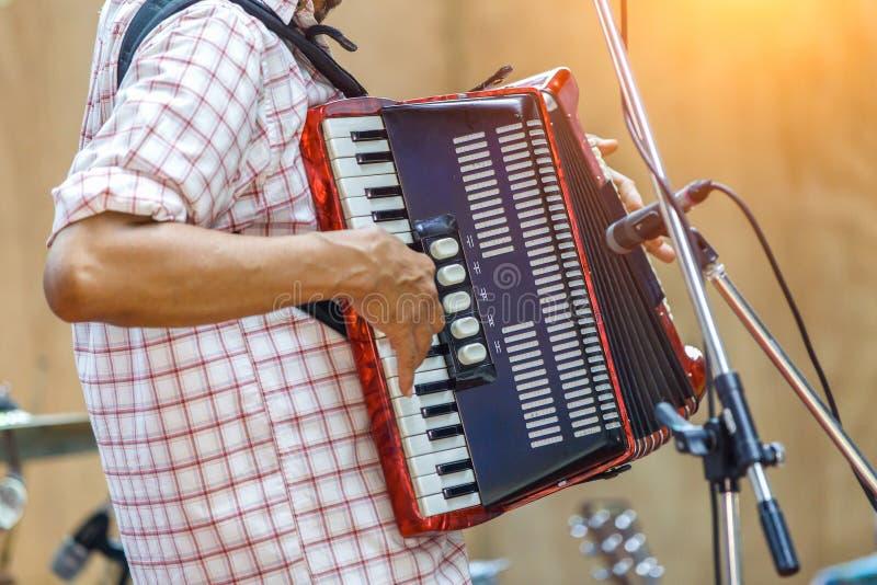 Zakończenie w górę muzyków bawić się akordeon na scenie fotografia royalty free