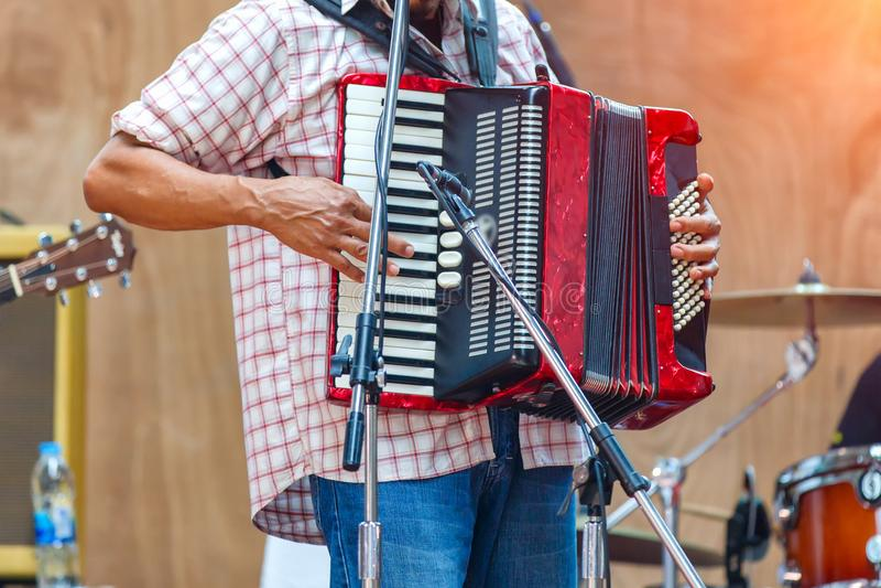 Zakończenie w górę muzyków bawić się akordeon na scenie obrazy stock