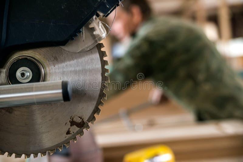 Zakończenie w górę nowożytnego kółkowego drewna zobaczył w woodworking sklepie fotografia royalty free