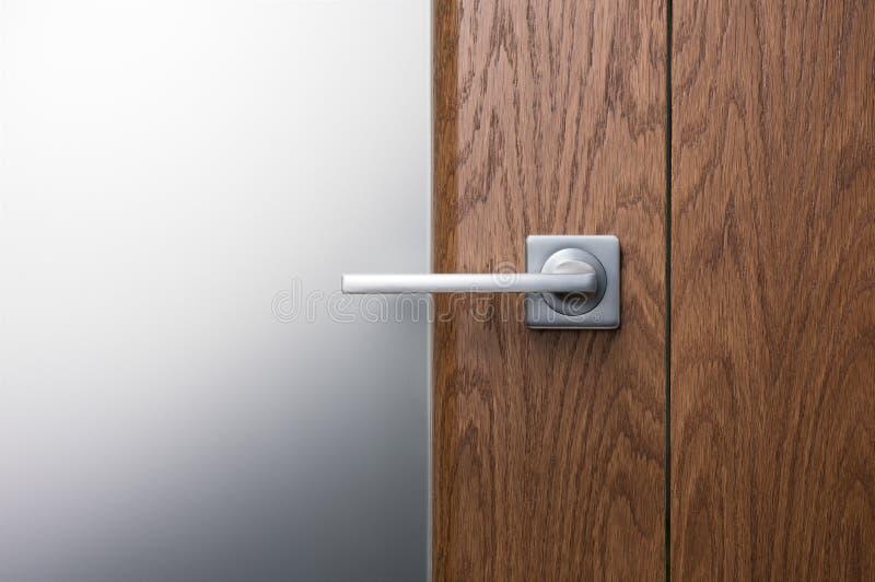 Zakończenie - w górę nowożytnej metal rękojeści na ciemnym drewnianym drzwi zdjęcie royalty free