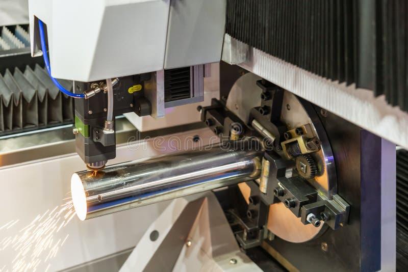 Zakończenie w górę nozzle & drymby położenia kahatem z automatyczną karmą i wiruje jednostkę podczas cięcia dużej precyzji cnc os obraz royalty free
