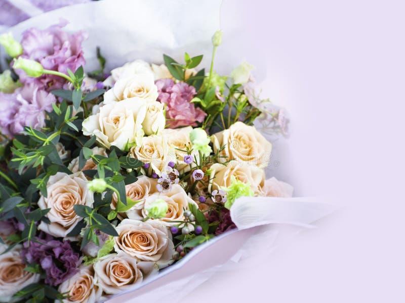 Zakończenie w górę pięknego Różanego bukieta z selekcyjną ostrością, kopii przestrzeń obraz stock