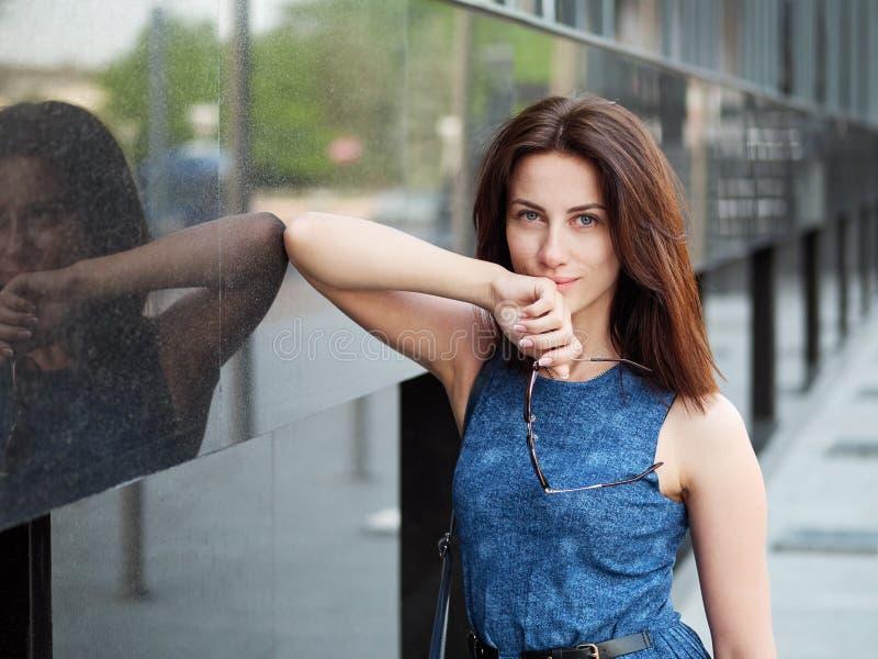 Zakończenie w górę pięknej dorosłej rudzielec kobiety w niebieskich dżinsów smokingowy pozować przy ulicą zdjęcia stock