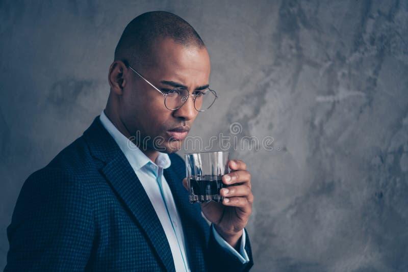 Zakończenie w górę portreta dżentelmenu smutnego zmartwionego szefa krótkiego włosy kłopotu ponurego nowożytnego bogatego męskieg zdjęcie royalty free