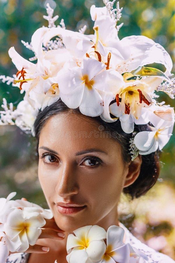 Zakończenie w górę portreta jest ubranym wianek robić frangipani piękna młoda kobieta kwitnie zdjęcia stock