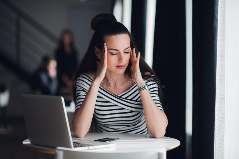 Zakończenie w górę portreta medytuje z zamkniętymi oczami piękna kobieta Atrakcyjny żeński relaksować od pracować z laptopem obraz royalty free