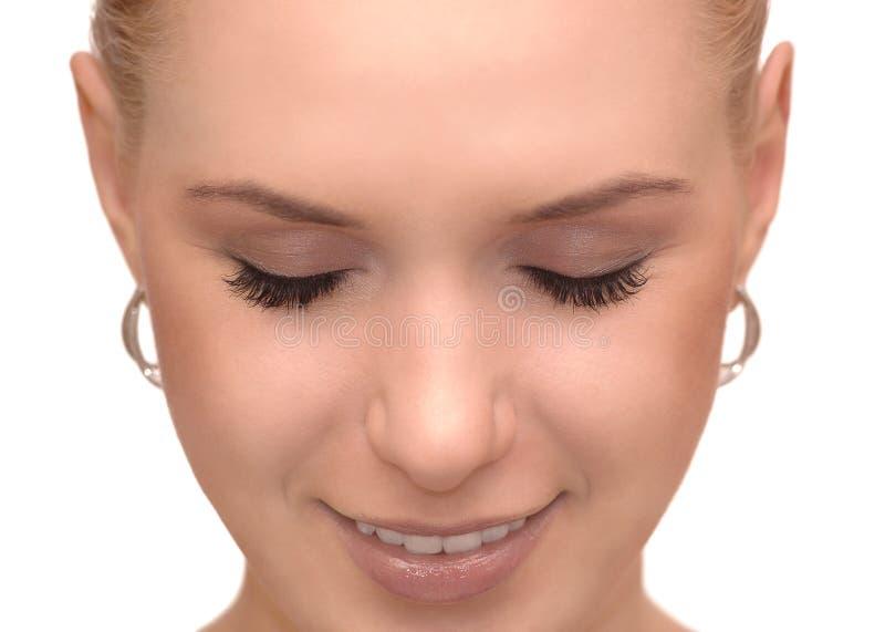 Zakończenie w górę portreta piękna młoda kobieta z zamkniętymi oczami zdjęcia stock