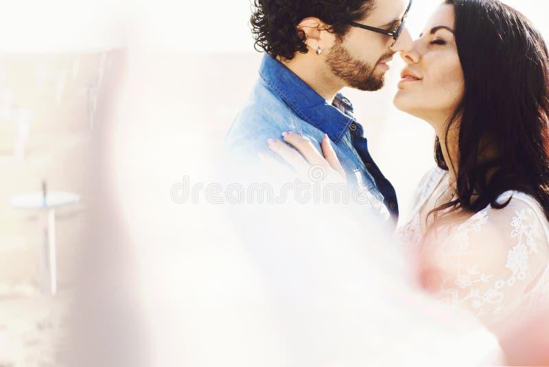 Zakończenie w górę portreta piękna miłości para przy plażą ch?opak dziewczyny ca?owania ogrodowa story W?ochy, Rimini obrazy royalty free