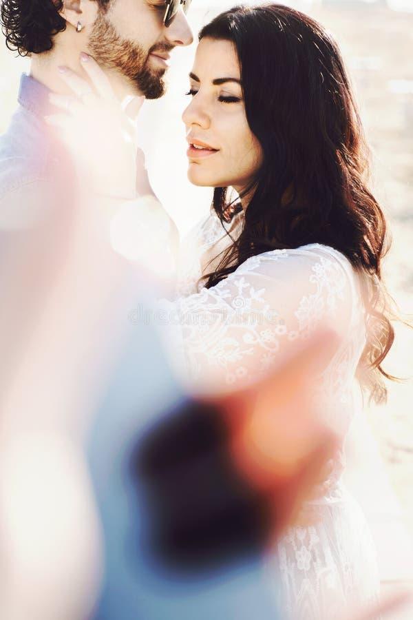 Zakończenie w górę portreta piękna miłości para przy plażą ch?opak dziewczyny ca?owania ogrodowa story W?ochy, Rimini zdjęcie royalty free