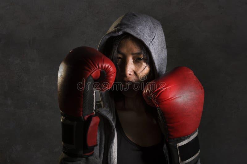 Zakończenie w górę portreta potomstwa dysponowani i zdrowa Azjatycka Chińska bokser kobieta w sprawność fizyczna wierzchołka hood fotografia royalty free