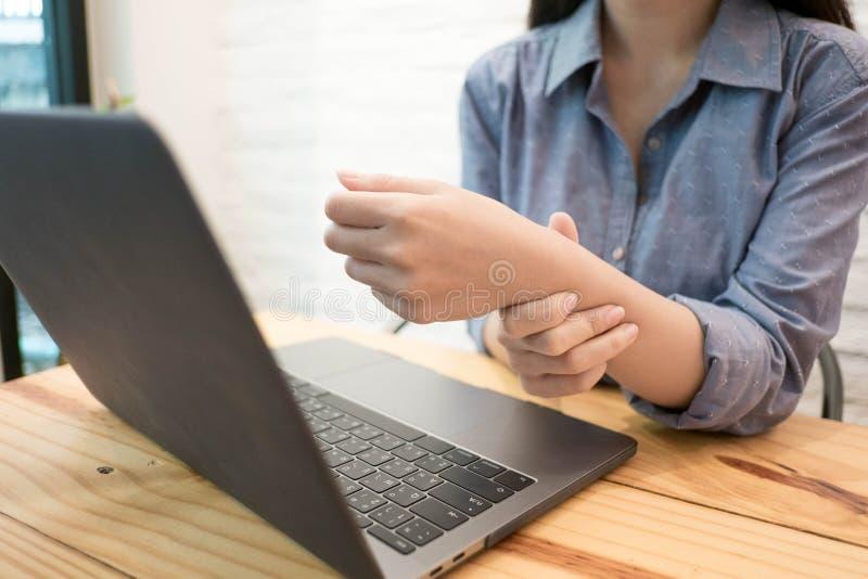Zakończenie w górę pracownik kobiety masażu na jego ręce i ręka dla ulgi bolimy od ciężkiego działania Kobiety pracującej pojęcie zdjęcia royalty free