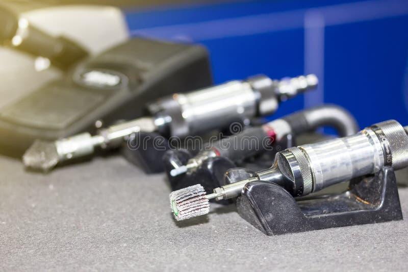 Zakończenie w górę ręki powietrza śrutowania narzędzia maszyny z wysokiej jakości małym szklaka kołem dla przemysłowej pracy obraz stock