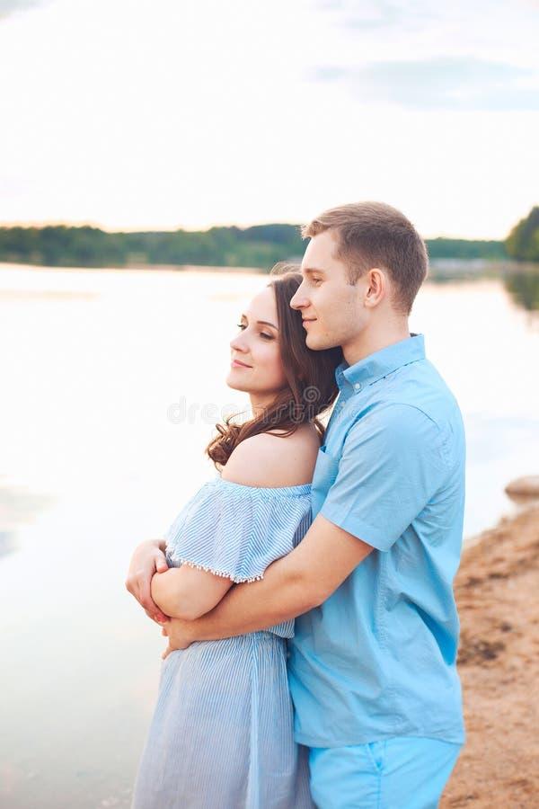 Zakończenie w górę romantycznego piękno portreta szczęśliwa para w miłość uściśnięciach i mieć zabawie, pogodni kolory zdjęcia stock