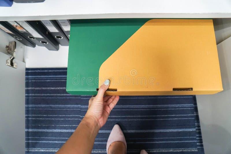 Zakończenie w górę sekretarki ciągnienia dokumentu falcówki od pudełka w biurowym gabinecie obrazy royalty free