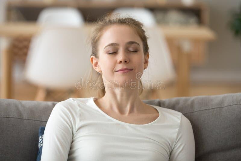 Zakończenie w górę spokojnej pokojowej kobiety relaksuje z zamkniętymi oczami na kanapie obraz royalty free