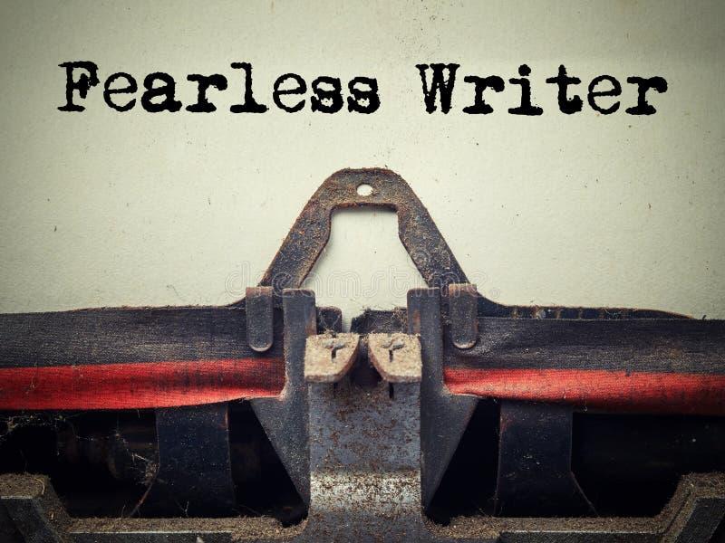 Zakończenie w górę starej maszyny do pisania zakrywającej z nieustraszenie pisarskim pyłem z tekstem obrazy stock
