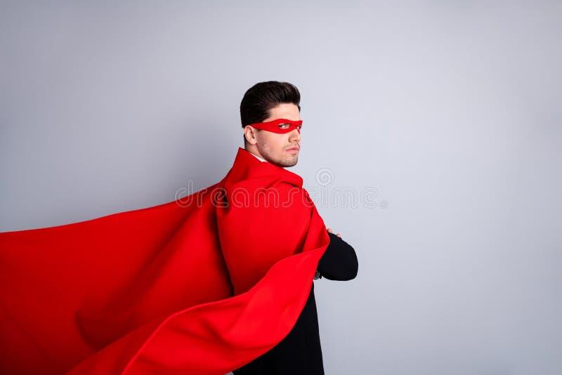 Zakończenie w górę strona profilu fotografii awanturniczego rygorystycznego wyrazu twarzy on on jego mężczyzna zagraża używa supe zdjęcia royalty free