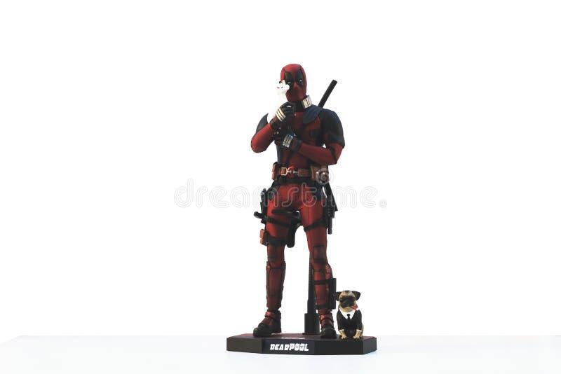 Zakończenie w górę strzału Deadpool superheros postać w akcji mienia jednorożec na białym tle obraz royalty free
