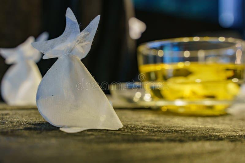 Zakończenie w górę strzału goldfish kształta herbaciana torba obraz stock