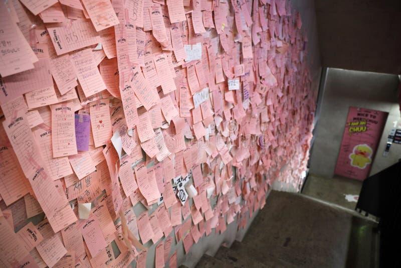 Zakończenie w górę strzału wiele poczta ja na bocznej ścianie przy Chuu -5kg Jean sklepem fotografia stock