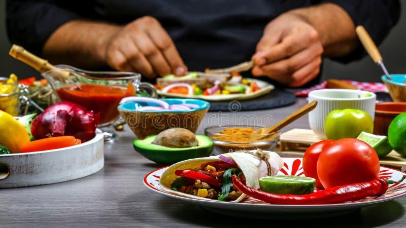 Zakończenie w górę szefa kuchni wręcza narządzania Taco Kucbarskiego narządzania wyśmienicie Taco przy kuchnią Pojęcie meksykańsk obrazy royalty free